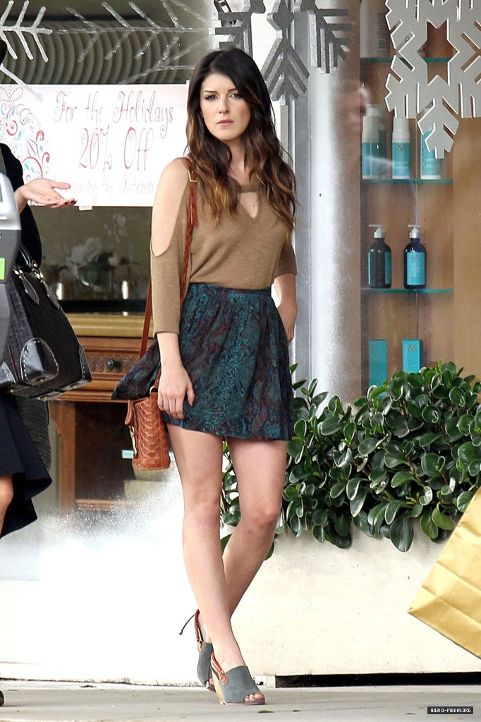 her hair is so simple and pretty! 90210 annie