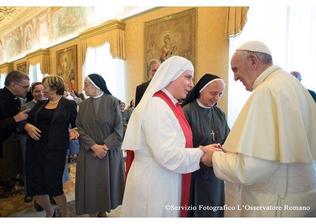 """Le pape François a reçu en audience, ce 26 mai au Vatican, les Petites Sœurs missionnaires de la Charité, réunies à Rome pour leur 12e chapitre général. Le Souverain pontife a incité les religieuses à renouveler leur façon d'être missionnaires, en cultivant leur communion avec Dieu. """"Votre charis"""