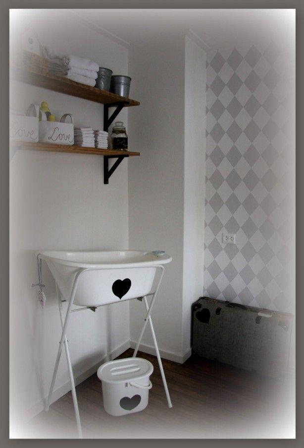 Inrichting babykamer, badje opgeleukt met zwart raamfolie. Oude planken uit een…