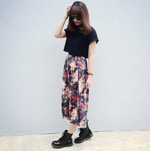 cropped tee, floral skirt, & boots make a cool vintage style