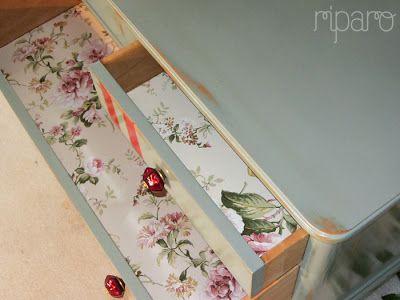 gavetas forradas com papel de parede Esta cómoda está na mesma sala que o contador vermelho cereja, daí o papel ser o mesmo.