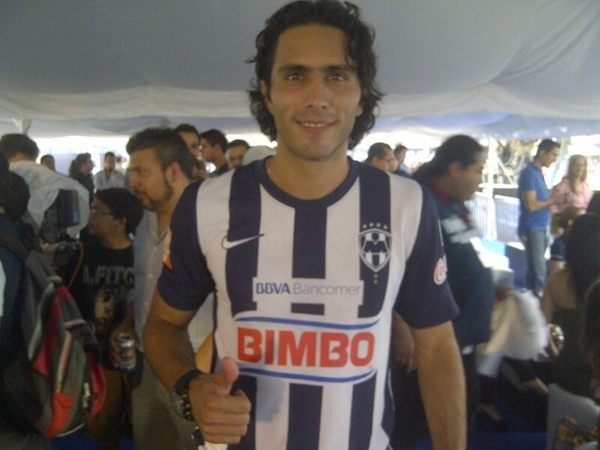 Aldo de Nigris con la nueva playera de Rayados