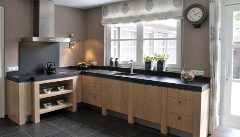 Landelijk moderne blank houten keuken met zwart blad  huis ...