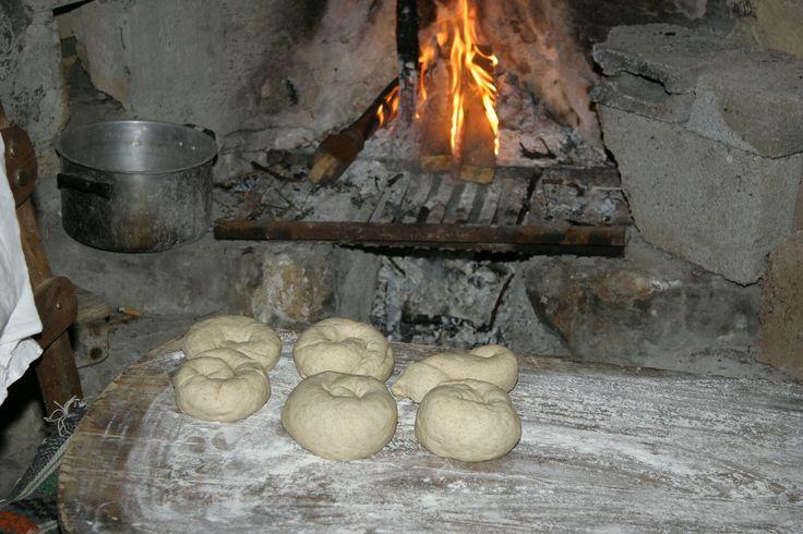 """""""Ψωμί κ Ελιά"""" ήταν ο τίτλος του εκπαιδευτικού προγράμματος που παρακολούθησαν σήμερα οι μικροί μας επισκέπτες στο Μουσείο στον Αρόλιθο. Αναλυτικά τα προγράμματα του Μουσείου στο arolithos.com/blog, στην ιστοσελίδα www.arolithos.com και φυσικά στη διάθεσή σας για κάθε πληροφορία στο 2810821050.  #museumactivities #cretantraditions #kids #mosaics #happytime"""