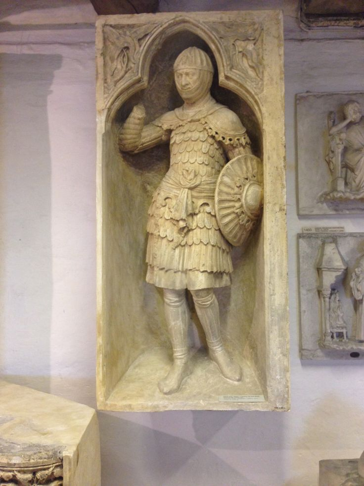 Middelalderen. Relief niche. Ridder i rustning og med skjold.  Gotisk, ca. 1250-60.