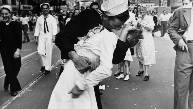 """""""Sailor, nurse from iconic VJ Day photo reunited"""""""