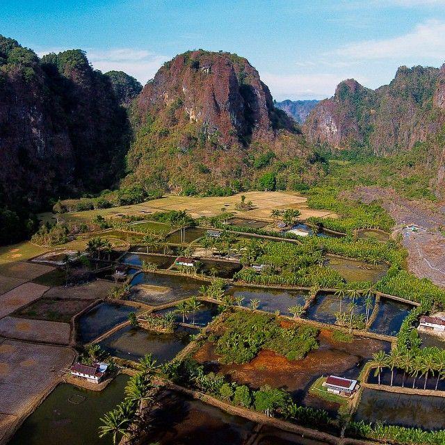 Desa Rammang-rammang di Maros, Sulawesi punya pemandangan yang dahsyat karena dikelilingi oleh pegunungan Karst nan menjulang. #PesonaIndonesia -- -- Rammang-rammang village in Maros, South Sulawesi has a extraordinary view of karst all over the area. #WonderfulIndonesia