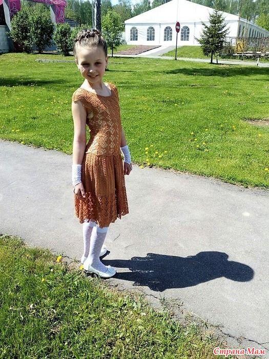 """Моё воплощение знаменитого платья Кайли Миноуг. Связала дочке на выпускной в начальной школе. Незамеченными мы не остались, что приятно.  Сапфир Люкс, цвет """"тёмное золото""""."""