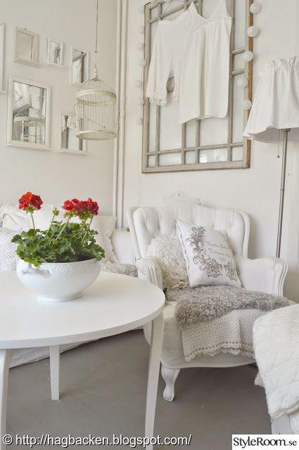 vitmålad fåtölj,fårskinn,gammalt fönster,pelargoner,rakspeglar,lampkjol,runt bord,tv-rum,vardagsrum