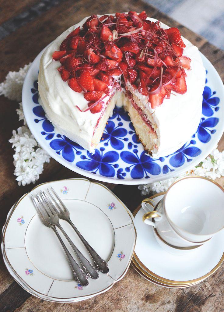 En saftig jordgubbstårta med rabarber och vaniljkräm är kanske den perfekta sommartårtan? Perfekt blandning av söt, syrlig och krämig. Och supergod!