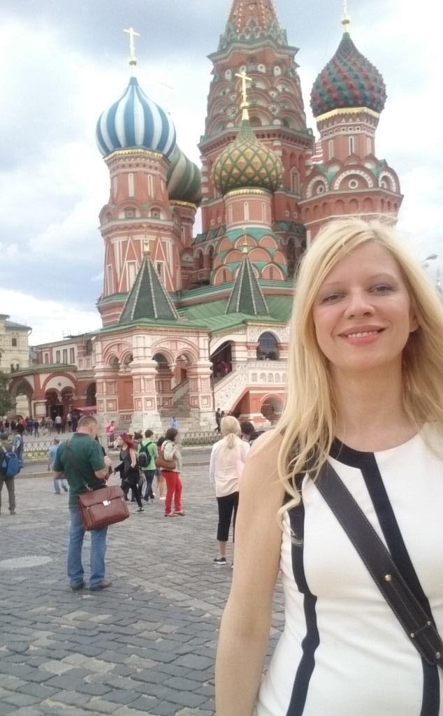 А яяяя... идууу... шагаю по Москвеее ....