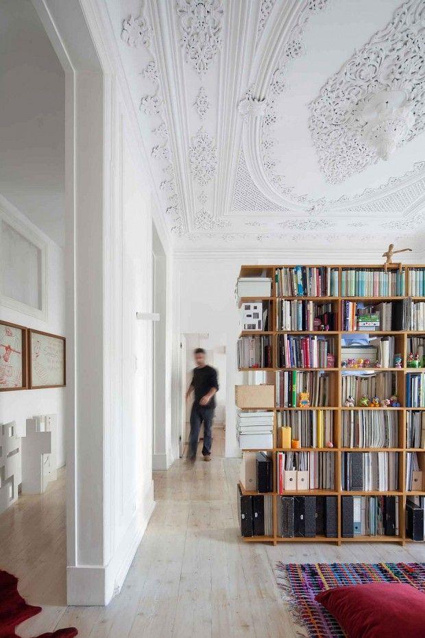 Rénovation d'un appartement ancien par les architectes du studio portugais AVA Architects.