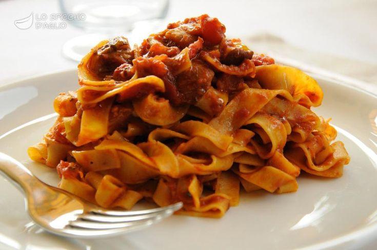 Scopri il modo migliore di preparare Tagliatelle con sugo di funghi porcini in 45 minuti. Solo 390 kcal a porzione! Ricetta adatta a vegetariani.
