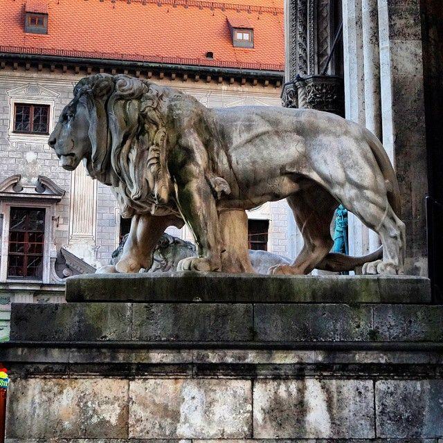 #munich #muenchen #odeonsplatz #lion #feldherrnhalle