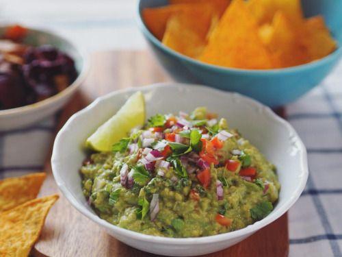 Guacamole (pro 2 osoby) 2 zralá avokáda 1-2 limetky 1 červená cibule svazek čerstvého koriandru 1 stroužek česneku ½ jalapeno papričky (bez semínek) 1 rajče (bez dužiny) sůl, pepř Avokáda rozpůlíme, vyjmeme pecky, lžící vydlabeme dužinu do misky....