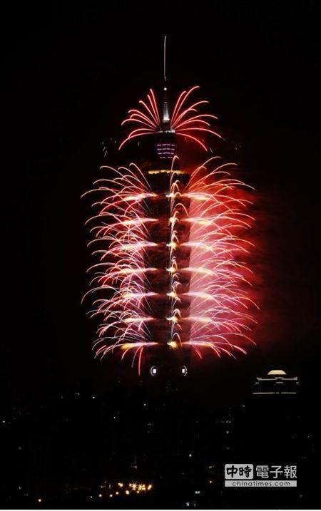 Happy New Year!! 新年快樂!    2014年台北101跨年煙火以「2014愛你一世」為主題,由紫色、金色為主的煙火色彩,以迎接即將來臨的農曆新年。(張鎧乙攝)