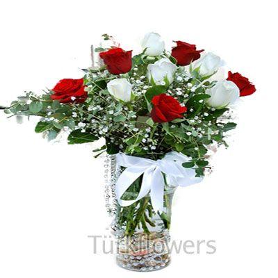 Cam vazo içerisinde 5 kırmızı 5 adet beya zgüllden oluşan aranjman