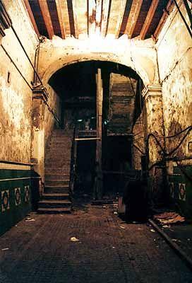 SOLAR è un tipo di abitazione popolare urbana, con stanze e bagni esterni affacciati su un cortile centrale. È per definizione la culla della cultura urbana nera.