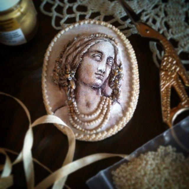 Новая брошечка из античной коллекции (по частному заказу), текстиль, барельеф, гладь, шелковые ленты и японский бисер... Мечтательно-нежная))) #ручнаяработа #брошь #броширучнойработы #броши #камея #brosh #handmade #брошиизтекстиля #авторскиеброши #art