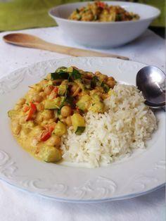 CURRY DE POIS CHICHES AU LAIT DE COCO (Pour 6 P : 550 g de pois chiches, 100 g de poivron rouge, 1 gros oignon, 1 courgette, 1 tomate, 1 gousse d'ail, 40 cl de lait de coco, 1 c à s de pâte de curry, 1/2 c à c de gingembre frais râpé, 1/2 c à c de curcuma, 1/2 c à c de piment doux, coriandre ou persil frais, poivre/sel)