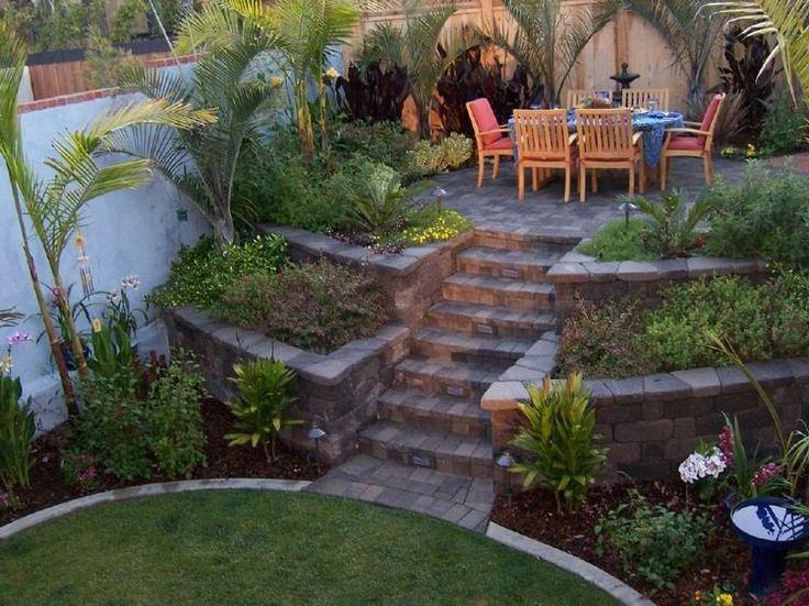 Garten terrassieren - Hochbeete links und rechts von den Stufen - sitzplatz im garten mit steinmauer