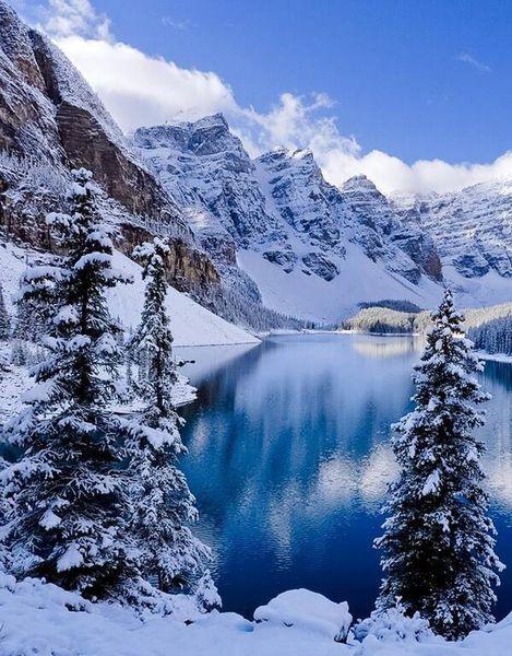 Dreaming of a white Christmas hoeven ze niet te doen bij Moraine Lake, Canadese Rockies. Die hebben ze vrijwel zeker! #sneeuw #winter #vakantie