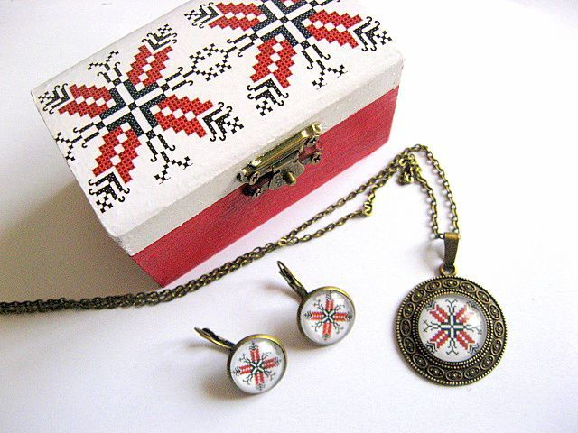 #Cadou set, #cutiuţă, #colier cu #pandantiv şi #cercei cu #motive #tradiţionale / #Gift #set, #box, #necklace with #pendant and #earrings with traditional #motifs / #선물 #세트, #상자, #펜던트와 #전통적인 #모티프 #장식의 #귀걸이 https://handmade.luxdesign28.ro/produs/cadou-set-cutiuta-colier-cu-pandantiv-si-cercei-cu-motive-traditionale-28963/
