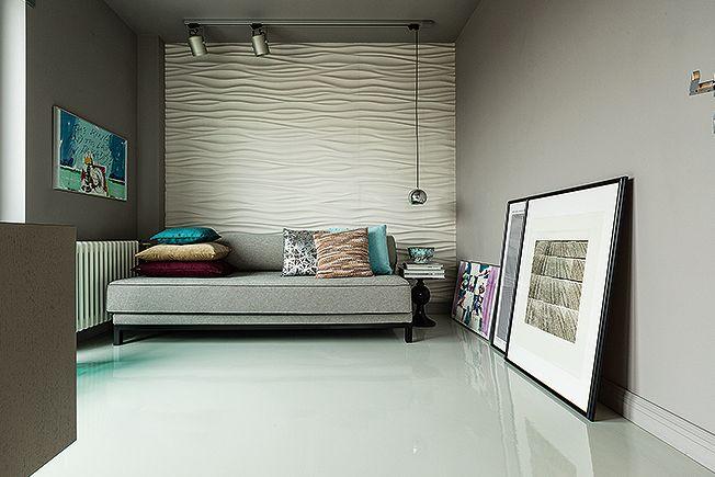 Интерьер мало ассоциируется с квартирой пожилой дамы: необычен, в частности, полимерный наливной пол. Кровать Softline, столик Objet de Сuriosité, бра и прожекторы SLV.