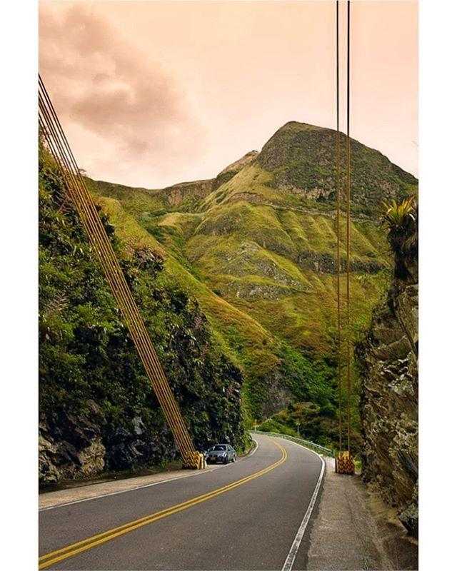 La geografía intrincada de #Nariño siempre retando el ingenio de nuestra gente.  #puente #carretera #montañas #buesaco #paisaje #idcolombia #idlatino #idpacifico #igersnariño #igerscolombia #travelgrafia #ejvallejphoto