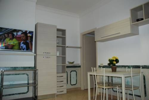 Appartamento con due camere da letto Roma Set in Rome, this apartment is 1.9 km from Gemelli Hospital. The apartment is 3 km from Vatican Museums. Free WiFi is offered throughout the property.  An oven and a fridge can be found in the kitchenette. A flat-screen TV is provided.