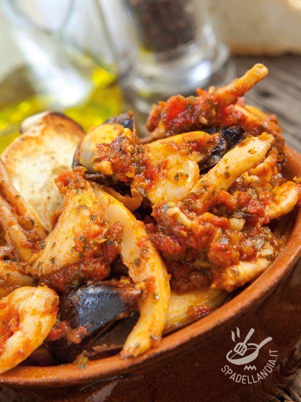 Ecco il Cacciucco alla livornese, piatto tipico della tradizione culinaria toscana. Un must per chi ama il pesce e adora la cucina del porto toscano.