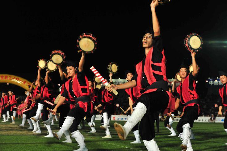 締太鼓は鼓のような形状をした、直径30センチほどの太鼓。全島エイサーまつりの開催地・沖縄市の各青年会がよく使うことで知られる。沖縄市の青年会によるエイサー演舞の基本的な隊列では、旗