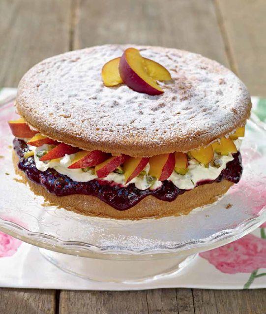 Victoria sponge cake - Soffice e piena di frutta, una torta importante per festeggiare la vita. - Ingredienti: 200 g di burro morbido, oltre all'occorrente per imburrare - 200 g di farina autolievitante - 200 g di zucchero semolato - 2 cucchiaini di estratto di vaniglia - 4 uova grandi - 100 g di pistacchi sbucciati non salati - 100 ml di panna - 250 g di mascarpone - 4 cucchiai di confettura di lamponi e mirtilli neri SYLT HALLON & BLÅBÄR - 4 pesche noci mature