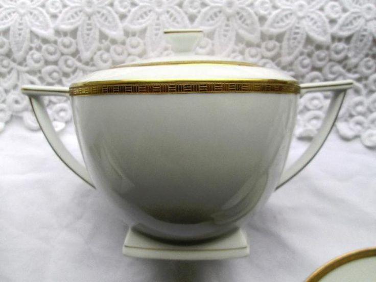 Sie erstehen einen Kaffekern in herausragendem Zustand und ausgewogenem, nahezuurtypischem Art-Deco Design, der Porzellanmanufaktur Epiag ( Erste Böhmische Porzellanindustrie AG, Karlsbad )Kein Kitsch, keine Schnörkel - saubere, zeitlose Proportionen und Geometrie, ohne plump zu wirken. Passt ins cleane Designer-Wohnzimmer aber auch in opulentes Shabby-Ambiente.Es handelt sich um eine Kaffe / Mokkakanne, ein Milchkännchen, eine Zuckerdose und um 6 Tassen mit passenden Untertellern. ( Auf…