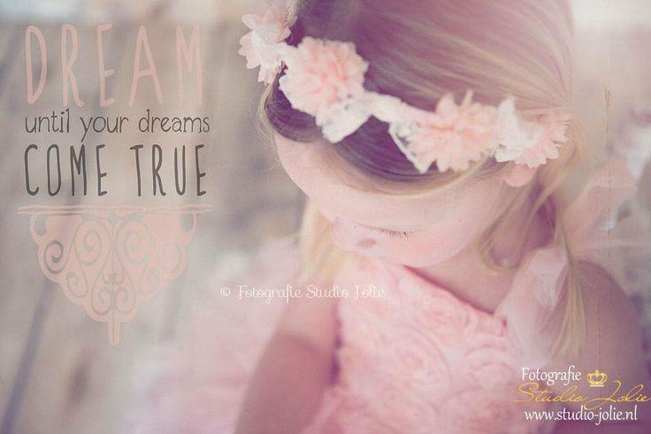 Dream until your dreams come true #kinderfotografie #vintage #romantisch #lief #meisje #fotoshoot #roze #fotoreportage #fotostudio