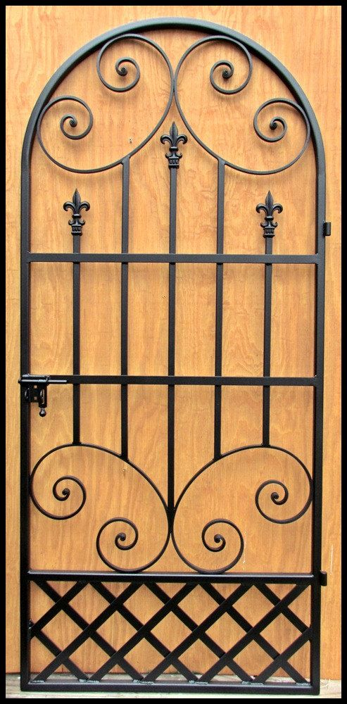 Hecho a mano puerta puerta de hierro o bodega cuenta con un diseño francés con adornos de Fleur de Lis y el trabajo de desplazamiento. Disponible de 24 a 36 pulgadas de ancho con las bisagras y 78 pulgadas de alto. Construidos para caber un 24, 30, 32 o 36 pulgadas puerta amplia que es de 80 pulgadas de alto. O puedo construirlo para adaptarse a cualquier puerta de tamaño que tienes. Lo construyo para caber la abertura después de que usted compra. Viene con bisagras y un cierre de perno…