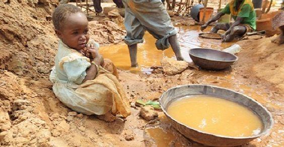 La pericolosa vita dei bambini nelle miniere d'oro della Tanzania (VIDEO)Cosa possiamo fare? Il primo passo è senza dubbio acquistare oro etico e sostenerlo. Proprio lo scorso settembre Fairtrade International ha annunciato che 12 miniere di Tanzania, Uganda e Kenya venderanno entro la fine di questo anno il primo oro etico dell'Africa. Anche firmare le petizioni che chiedono la fine dello sfruttamento minorile nelle miniere d'oro può essere importante.