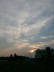 たまたま撮った朝の空 雲の感じが顔に見える気がするのは私だけですか?  #空 #雲