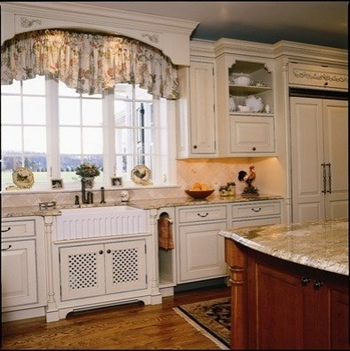 Arched box valance above kitchen sink kitchen ideas for for Kitchen cornice ideas