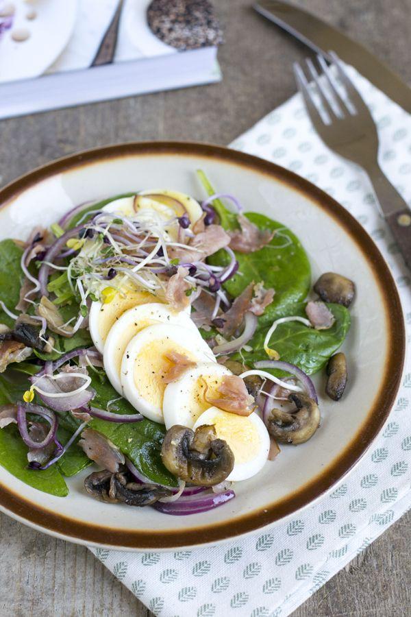 Dit is een heerlijk ontbijt- of lunchgerecht. Een soort warme salade van spinazie met eieren en bacon. Bacon and egg's maar dan anders. Sounds good right? En het is ook goed. De warme salade van spinazie met bacon en eieren is heerlijk als ontbijt, maar ook bij de lunch. De smaken zijn goed, de dressing... LEES MEER...