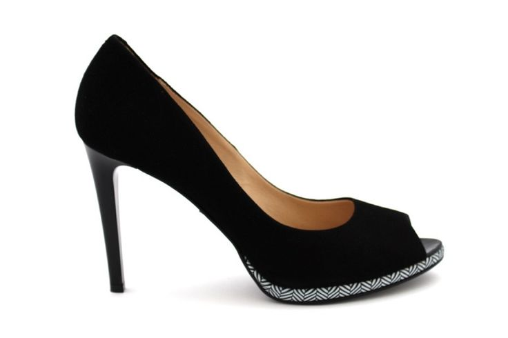 Czarne czółenka peep toe - Laura Messi  Trend safari powraca co lato w towarzystwie piaskowych kamizelek, szerokich spodni i etnicznych motywów. Właśnie do takich stylizacji dobierz buty na szpilce typu open toe z graficznym wzorem na podeszwie. A co kiedy safari przestanie być trendy? No cóż, moda przemija, styl pozostaje. Te buty zestawione z klasycznymi stylizacjami zmienią swój charakter i będą ponadczasowe.