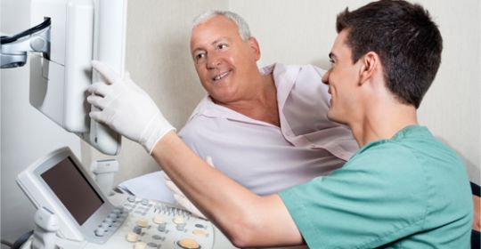 Istnieje wiele objawów, które powinny zmotywować nas do wykonania USG Dopplera. Jeśli którakolwiek z dolegliwości występuje u nas, niezwłocznie udajmy się na badanie. To pozwoli rozpoznać przyczynę schorzenia i podjąć kolejne kroki postępowania. Jeśli zatem dokucza nam ból kończyn dolnych i górnych oraz jeśli powoduje on puchnięcie rąk albo nóg, należy wykonać badanie, aby wykluczyć na przykład pojawienie się zakrzepicy.