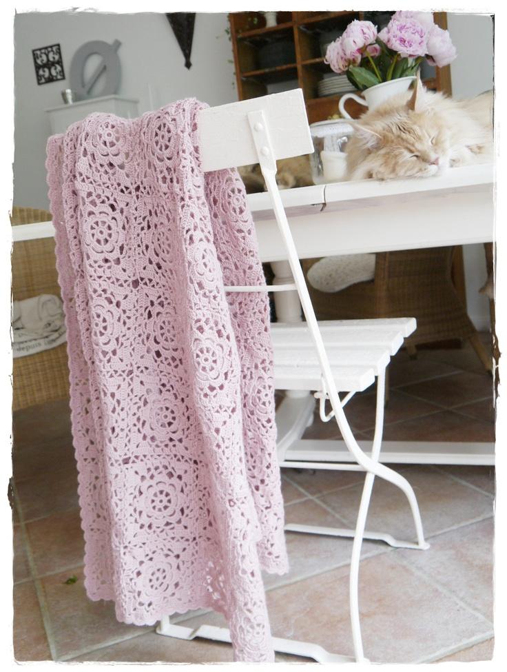 lovely pink lacy crocheted blanket  Strømpegarndecke2