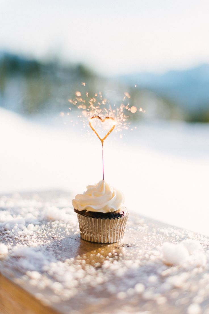 Cupcakes that will make sparks fly at winter weddings.