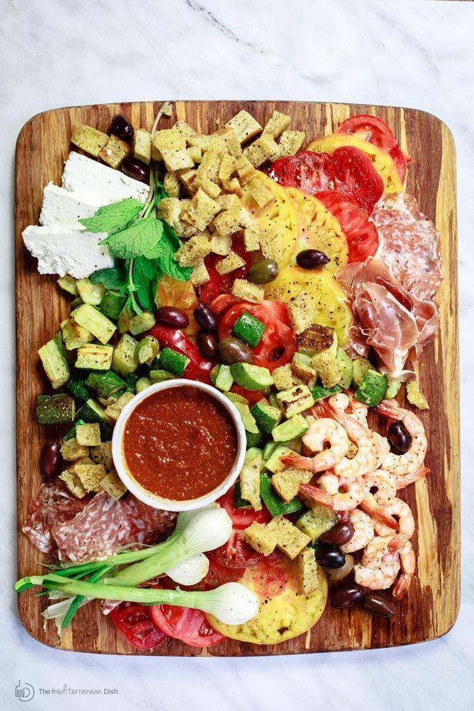 Garnelen und Zucchini Panzanella Salat-Rezept |  Die Mittelmeer-Dish.  Ein All-Star-Italienisch Panzenalla Salat mit Heirloomtomaten, Garnelen, gebratenen Zucchini und vieles mehr!  Eine dicke garlicy sonnengetrockneten Tomaten-Dressing serviert auf der Seite!  Die perfekte Einstimmung für eine Menge!  Mehr unter TheMediterraneanDish.com