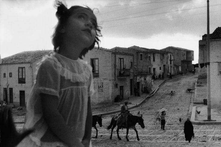 Sergio Larrain - Rue principale de Corleone. Sicile, 1959. © Sergio Larrain/Magnum Photos