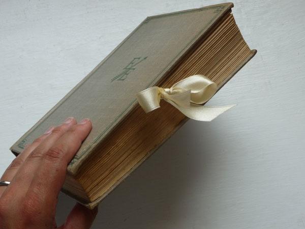 DIY: Libro vintage como porta alianzas via BodaBella.es