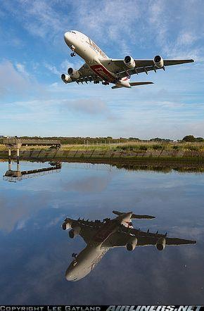 Airbus A380 en maniobra de ascenso. Sus cinco motores Rolls Royce Trent 900 cada uno de ellos puede generar hasta 80.000 libras de fuerza con los cuales levantar las 590 toneladas de peso maximo que puede tener esta aeronave al elevarse.