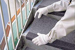 タキステップの特長   製品情報   タキロンマテックス株式会社 [床材 ... タキステップは「段鼻部」と「踏み面」が階段形状に合わせた一体成型になっていますので、滑り止め金具などの取付けが一切不要です。また、施工現場に応じて、縞鋼板製 ...