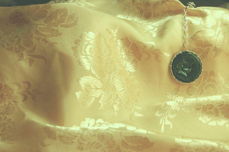 Portachiavi –Cialda bicolore oro/ verde metallico, portachiavi con moschettone.
